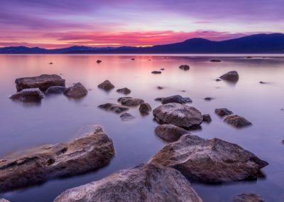 Kuva joka voisi olla Norjan rannikolta. Ei kuitenkaan vuonoja, vaan Norjassa on muutakin rannikkoa.